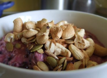 Berry porridge with toasted nuts